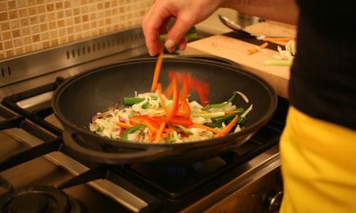הקפצת שלל ירקות עם מעט שמן זית