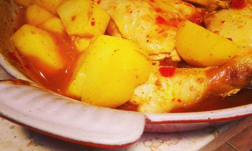 עוף ותפוחי אדמה לפני האפייה