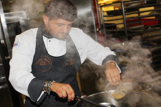 השף לואידג'י מדגים לצוות המלון