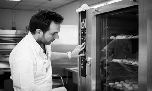 כריסטוף מישאלאק בוחן את הפחזניות בתנור