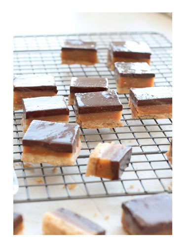 קוביות שוקולד וחמאת בוטנים