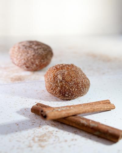 אפשר להכין מהבצק מיני סופגניות ולגלגל בסוכר וקינמון