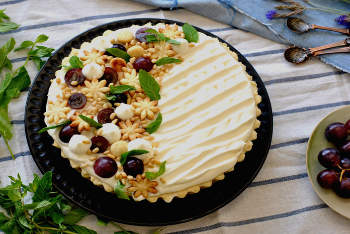 Mascarpone pie with pine nuts, grapes and nana