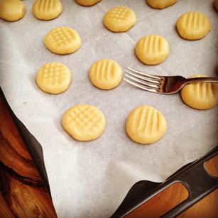 מעצבים את העוגיות בעזרת מזלג