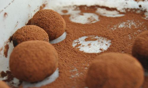 אפשר לבזוק באבקת קקאו או לגלגל בתלתלי שוקולד